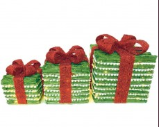 """Светеща декорация """"зелени подаръци"""" с червена панделка"""