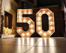 Светещи обемни цифри 50 златисти под наем