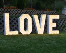 Светещи обемни букви надпис LOVE под наем