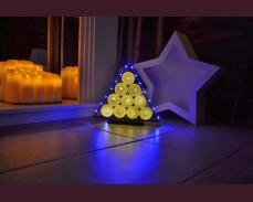 Нестандартна елхичка с плетени топки, бели и сини LED лампички